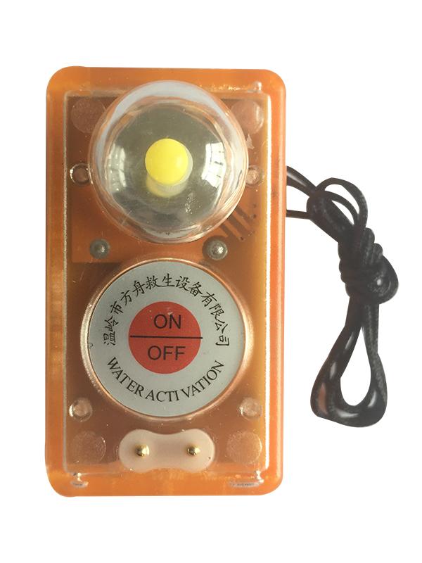 产品名称:救生衣灯<br /> 产品型号:FZ-L-1<br /> 技术参数: 1、电池型号:CP502440,开路电压:>3V。<br /> 2、闪光频率:50~70次/min。<br /> 3、发光强度:大于0.75cd,持续工    作时间:大于8小时。<br /> 4、有效期:5年/years<br /> 特点: 1、外观新颖,结构简单,操作简便。<br /> 2、触水自动点亮设计,触水铜柱镀金处理,穿着救生衣服的跳入水中后自动点亮衣灯,不需要预先打开救生衣灯。<br /> 3、LED灯泡,节能、高效、寿命长。产品存贮期5年。<br /> 4、上壳透明磨砂,可直视衣灯内部的简洁结构。<br /> 5、外壳高频焊接,美观牢固不渗水。<br />
